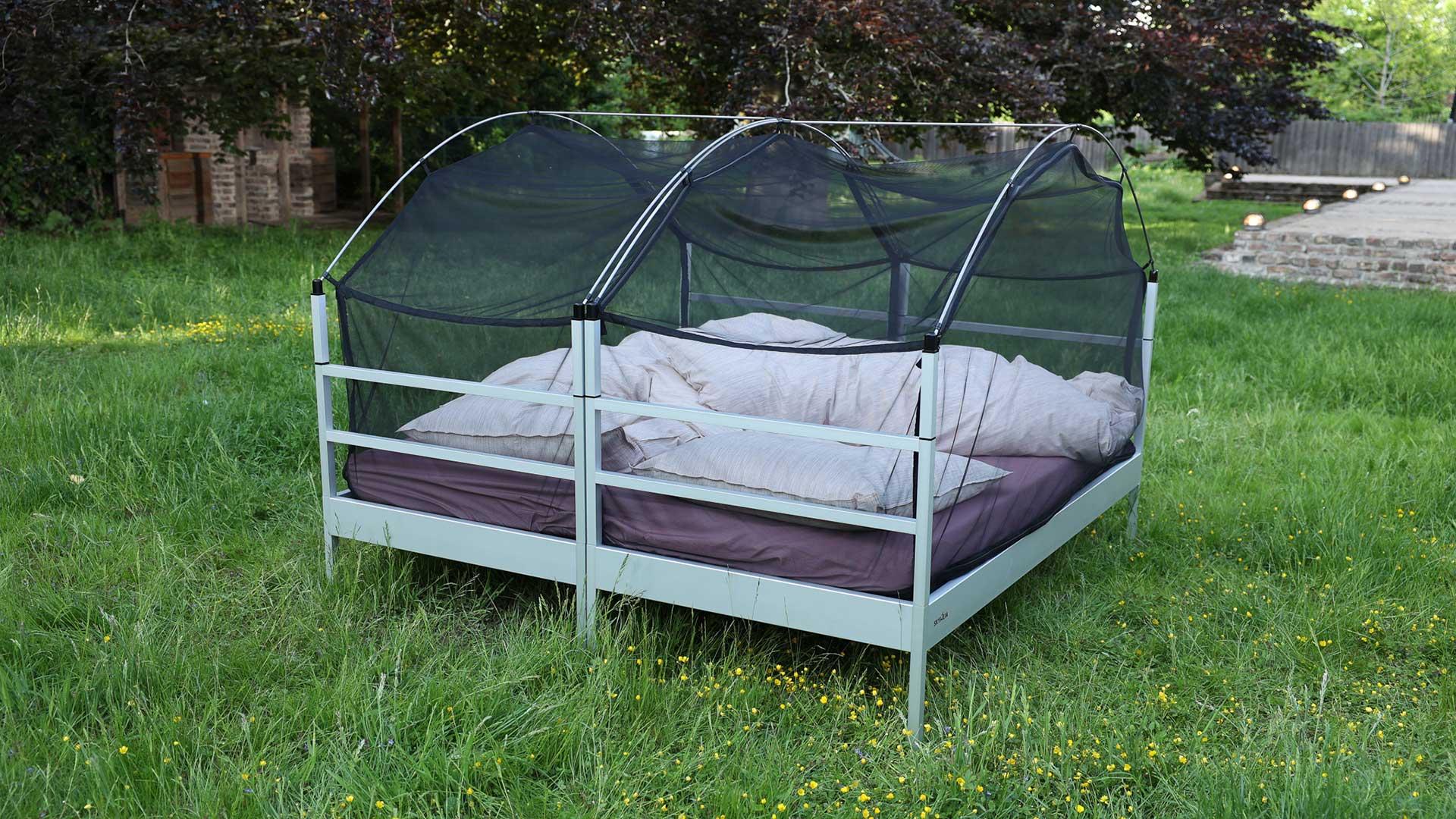 Das Bild zeigt zwei Outdoor-Betten vom Typ SkyHeia, die miteinander verbunden sind.