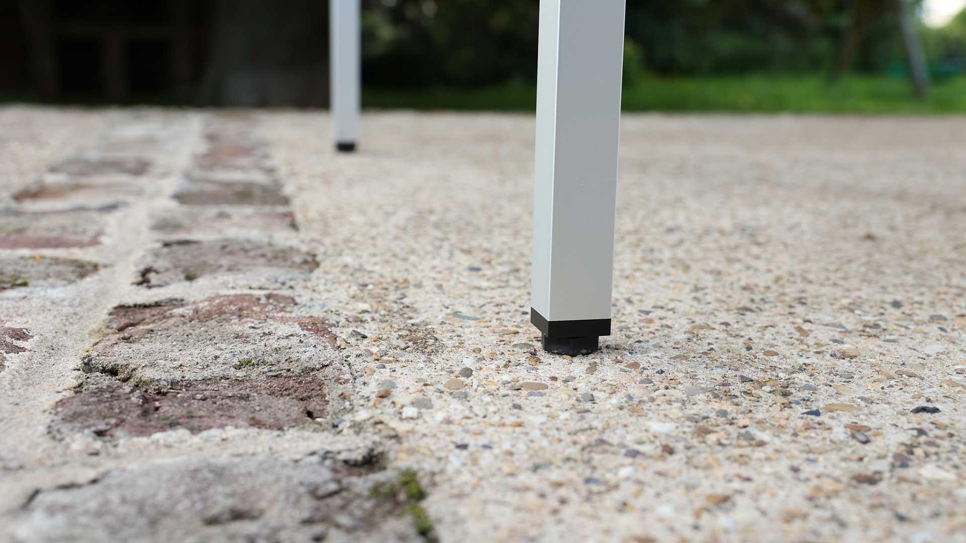 Um Unebenheiten im Boden auszugleichen, können die Füße der SkyHeia bis zu 5 cm in der Höhe verlängert werden.