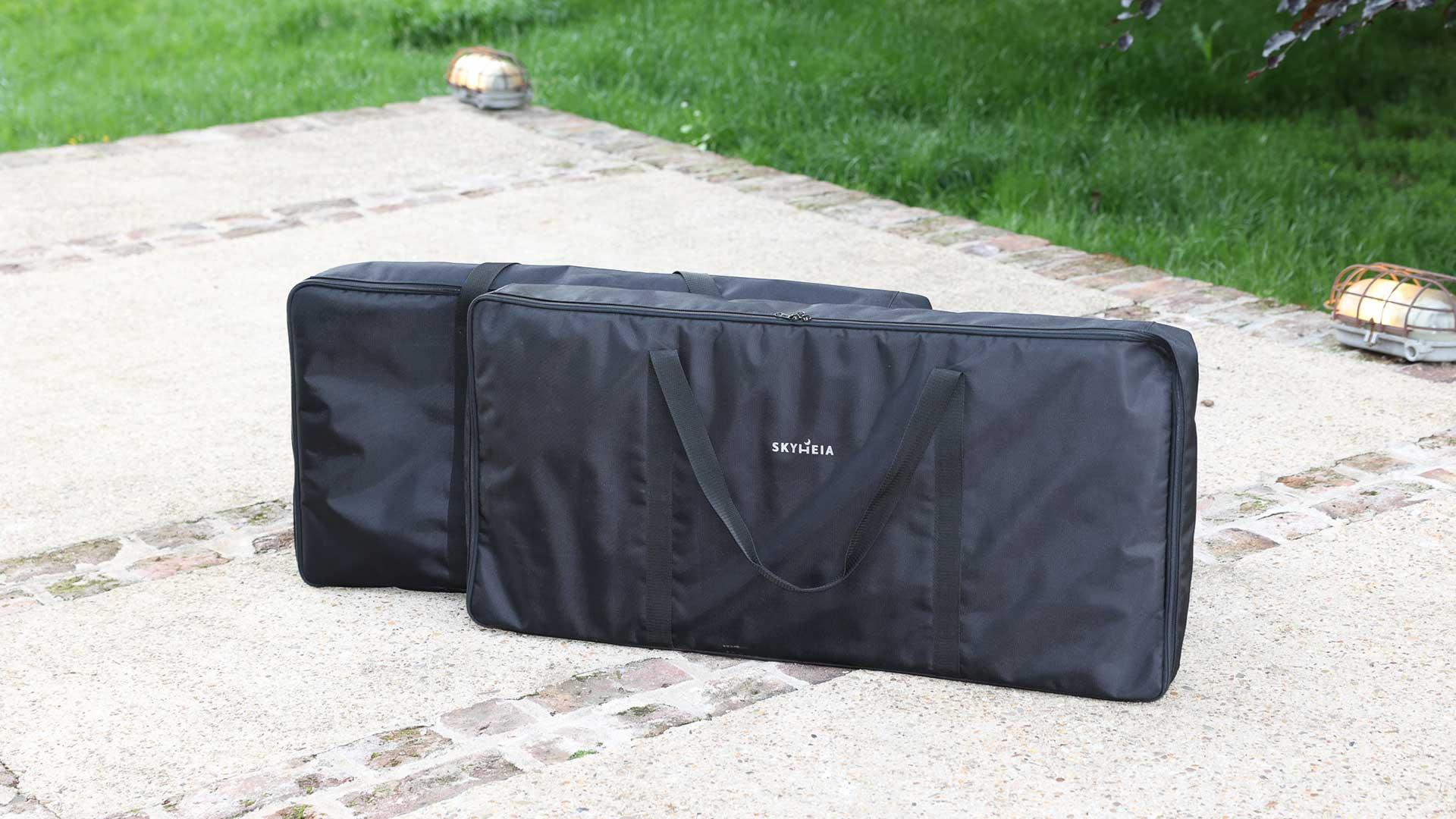 Für unser Outdoor-Bett haben wir zwei besonders hochwertige Taschen entwickelt. Sie bestehen aus Polyester-Gewebe mit besonders hoher Abrieb- und Reißfestigkeit und sind wasser-, öl- und schmutzabweisend. So ist Dein Bett beim Transport bestens geschützt und lässt sich zudem sicher lagern.