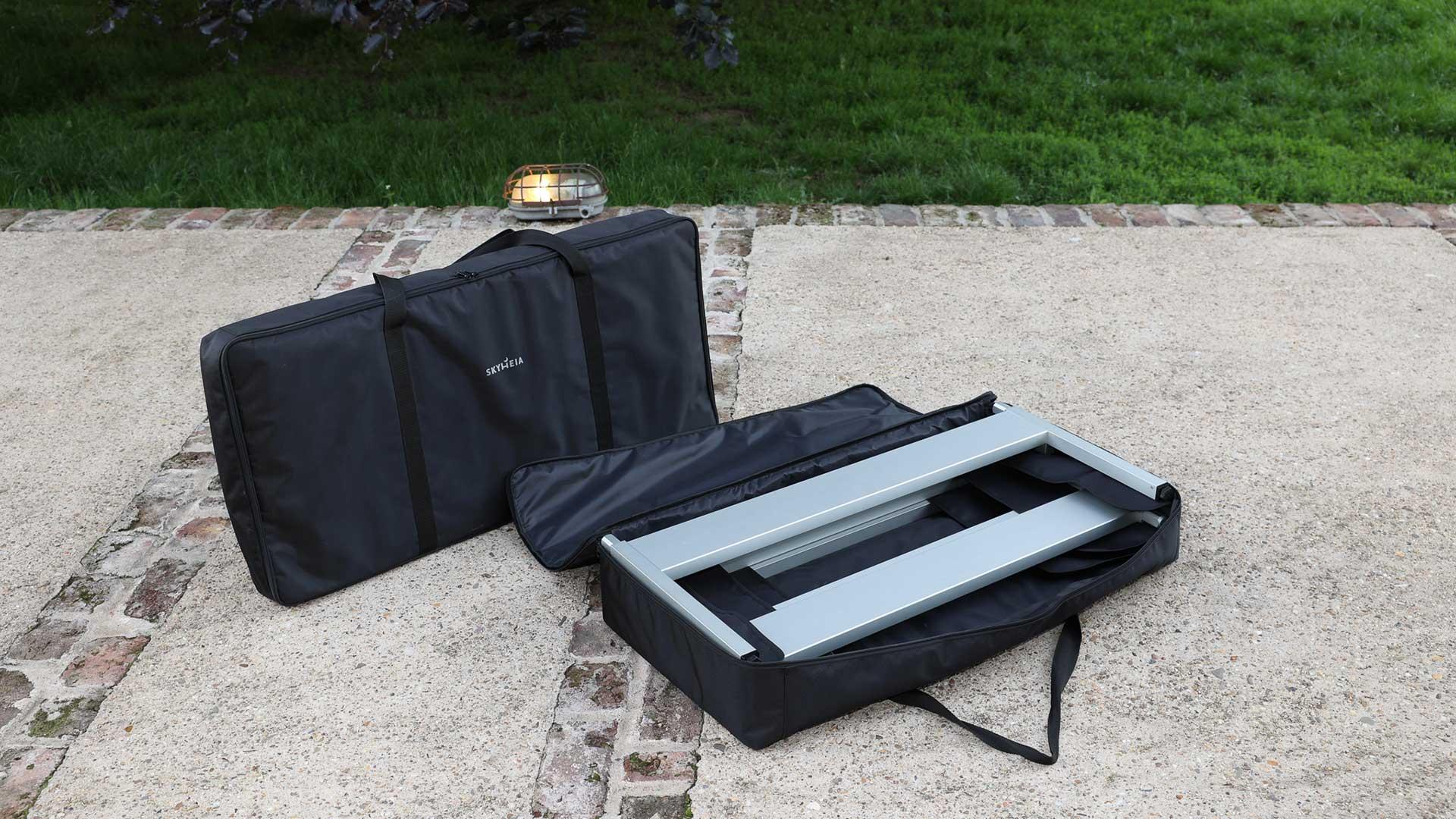 In Tasche 1 befinden sich 4 Kopf- und Fußteile. Stoffprotektoren sorgen dafür, dass die Teile sauber voneinander getrennt sind, damit beim Transport keine Kratzer entstehen.