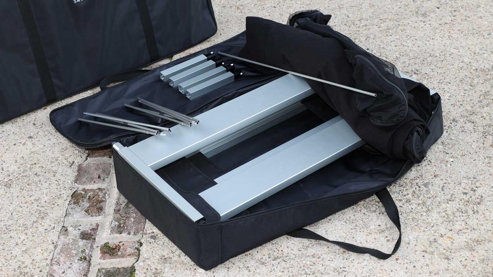Blick in die Tasche des Outdoor-Bett SkyHeia: In der Transport-Tasche findet auch Zubehör wie der Mückenschutz Platz.