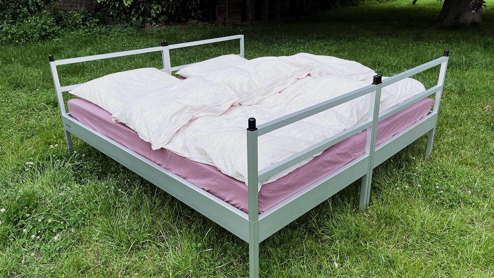 Stellt man zwei SkyHeias nebeneinander, entsteht ein Outdoor Doppelbett für zwei.