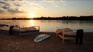 Zwei Betten stehen am Ufer des Rheins: Einer unserer Tipps Hitze schlafen erträglicher zu machen.
